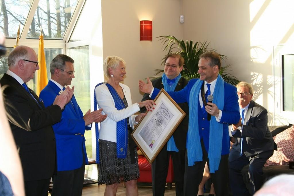 La cérémonie ; Thérèse première présidente et à l'origine de la création du club. A coté Bertrand notre Lions guide pour nous accompagner.